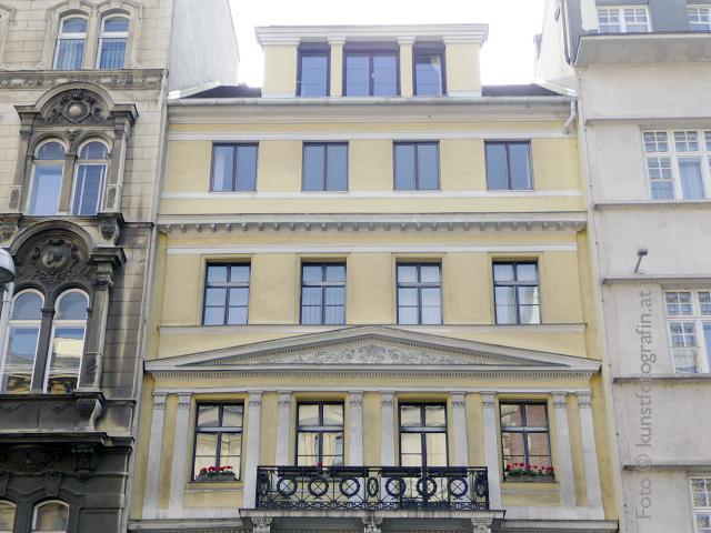 Hausfront der Auerspergstrasse 7 wo die Selbsterfahrung Gruppe in 1080 Wien stattfindet.