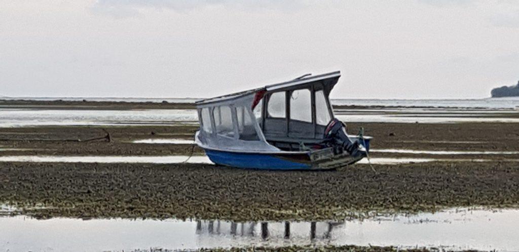 Gestrandetes Boot bei Ebbe, das alleine gelassen wurde